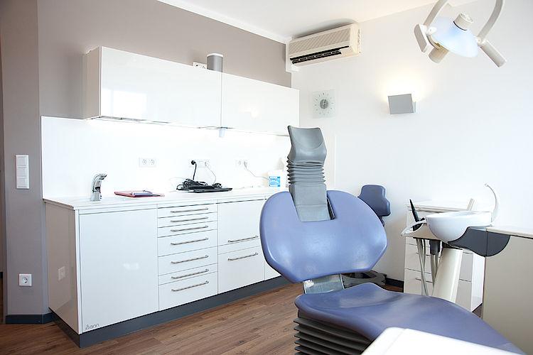 Zahnarztpraxis in Hofheim, modern, technisch, Implantat, Zahnreinigung