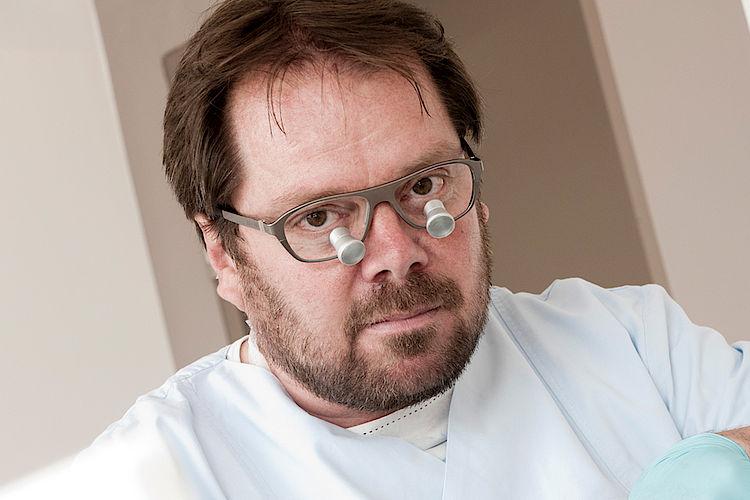 Dr. Robert Meyer, Zahnarzt in Hofheim. Zahnarztpraxis für Implantate, Zahnreinigung, Parodontologie.