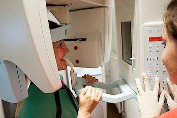 Zahnarzt in Hofheim. Moderne Zahnarztpraxis, Röntgen, Labor.