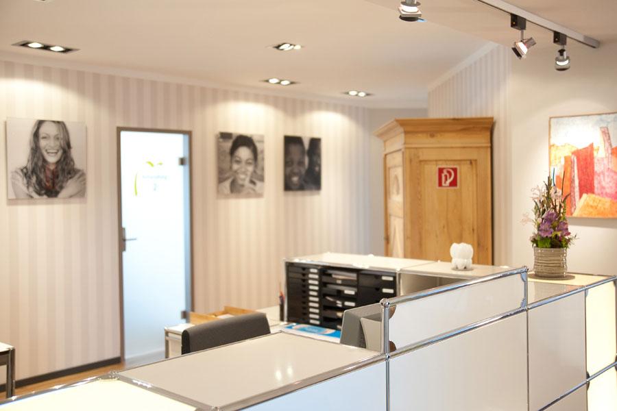 Ihre Zahnarztpraxis in Hofheim, Dr. Robert Meyer, Implantologie, Zahnreinigung, Bleeching, Veneers